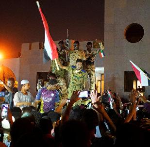 الجيش السوداني ينضم إلى المتظاهرين للاحتفال بعد تنحي وزير الدفاع عوض بن عوف كرئيس للمجلس العسكري الانتقالي الحاكم في البلاد