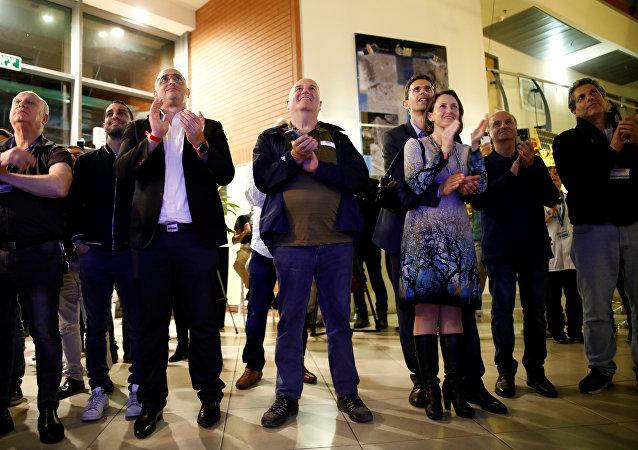 رد فعل الناس وهم يشاهدون المركبة الفضائية الإسرائيلية وهي تحاول الهبوط على سطح القمر