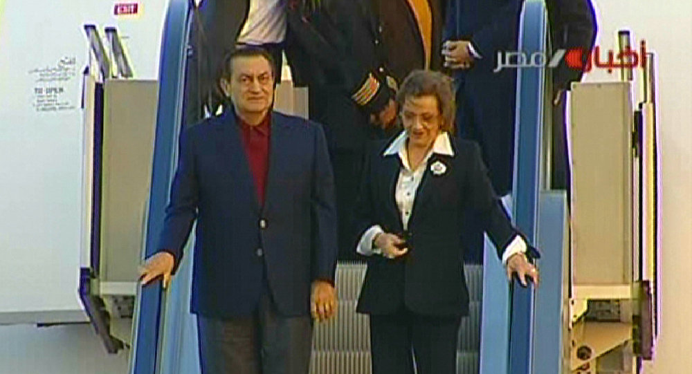 سوزان مبارك مع زوجها الرئيس المصري الأسبق حسني مبارك