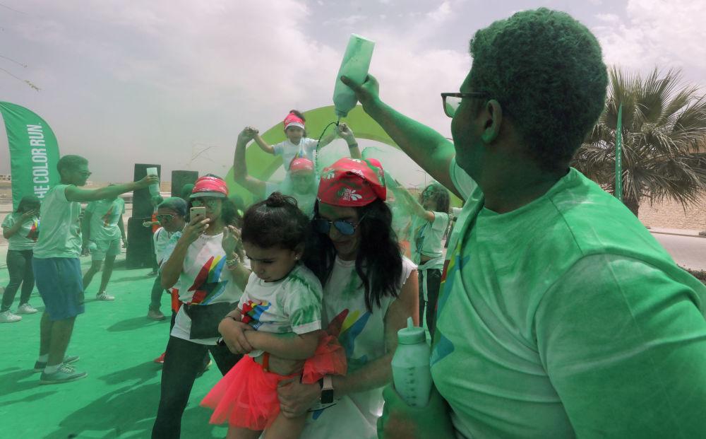 قام متطوعون بصب مسحوق أخضر في أول مسابقة الألوان في الجيزة، مصر في 13 أبريل/ نيسان 2019