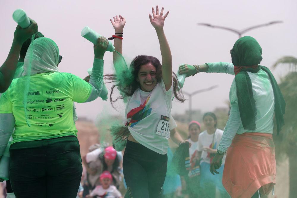 قام متطوعون بصب مسحوق أخضر على الحائز على المركز الثاني في أول مسابقة الألوان في الجيزة، مصر في 13 أبريل/ نيسان 2019