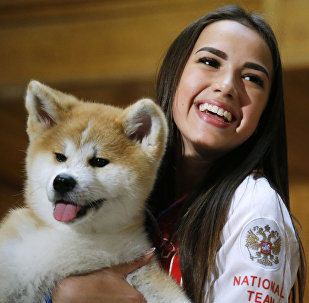 فتاة مع كلب