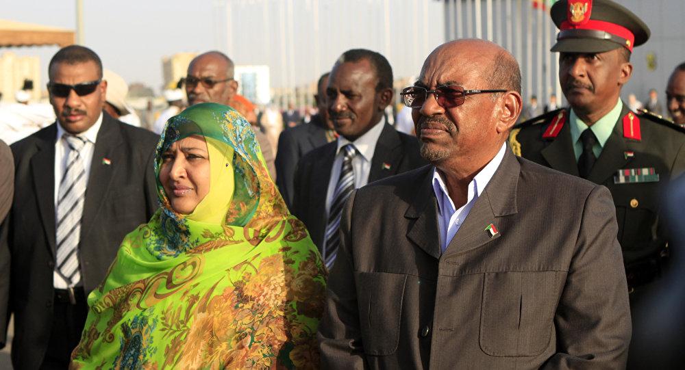 الرئيس السوداني المعزول عمر البشير وزوجته وداد بابكر