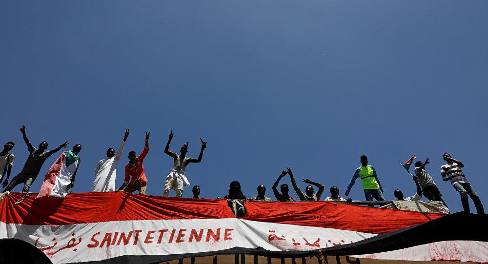 متظاهرون سودانيون يحتجون وهم يقفون على جسر للسكك الحديدية بالقرب من وزارة الدفاع في الخرطوم