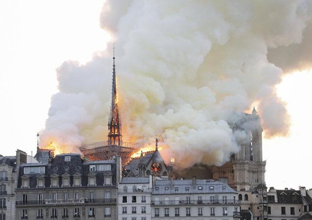 اندلاع حريق ضخم في كاتدرائية نوتردام في العاصمة الفرنسية باريس، 15 نيسان/أبريل 2019
