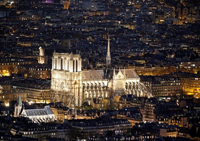 كاتدرائية نوتردام ليلا في باريس