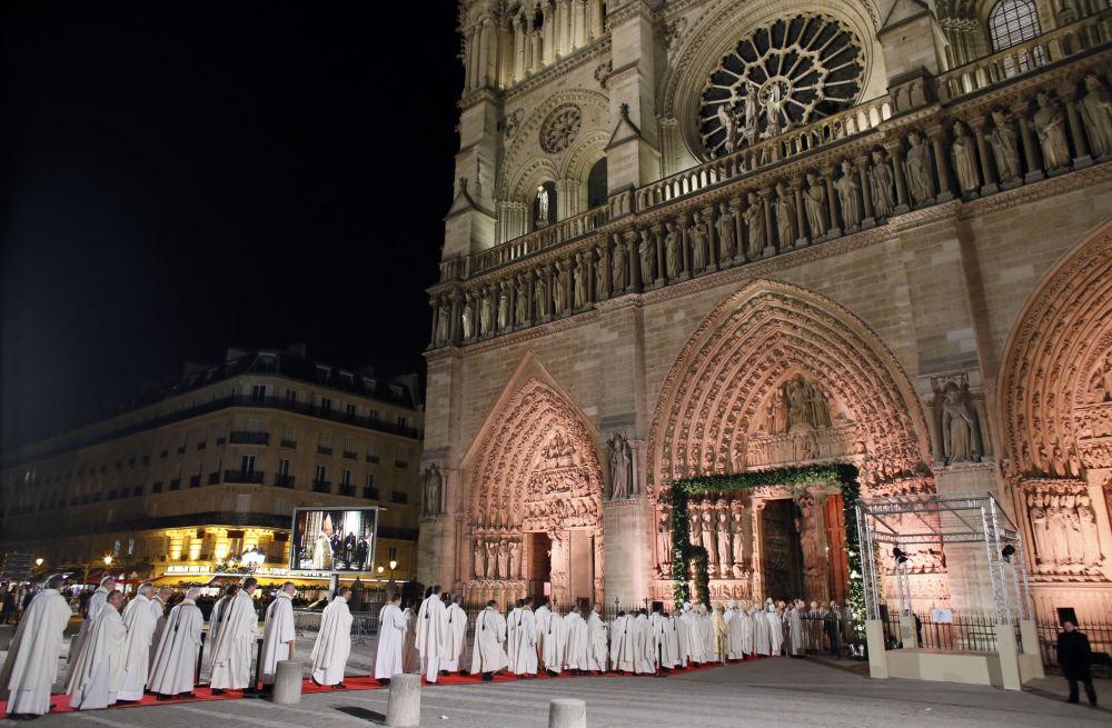 القساوسة الكاثوليك يصطفون لدخول كاتدرائية نوتردام دي باريس، في 12 ديسمبر/ كانون الأول 2012