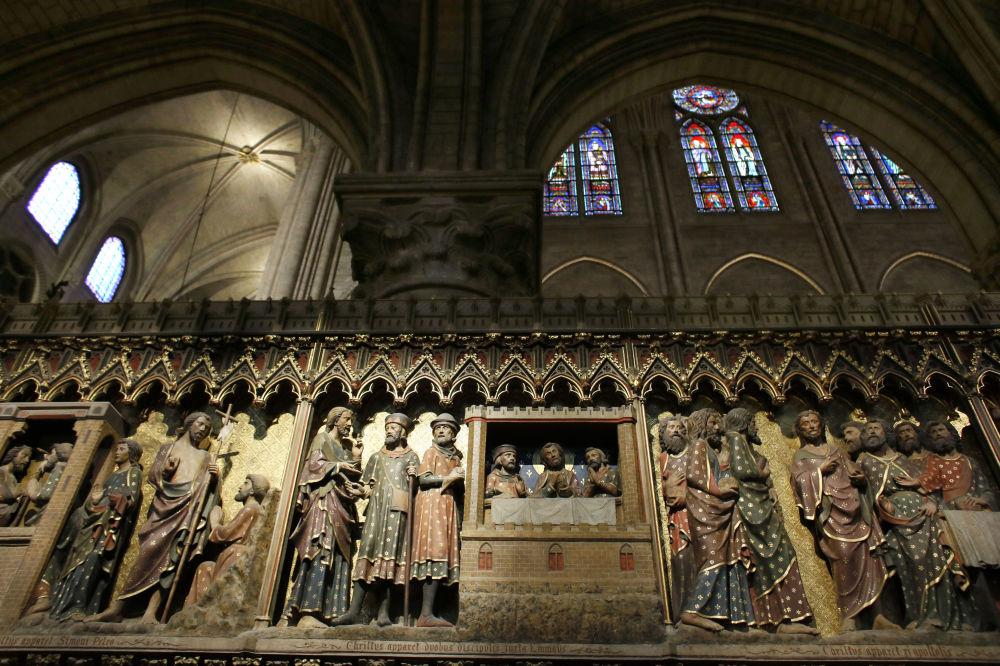 التماثيل الخشبية داخل كاتدرائية نوتردام دي باريس، والتي تعود للقرن الرابع عشر، 29 نوفمبر/ تشرين الثاني 2012