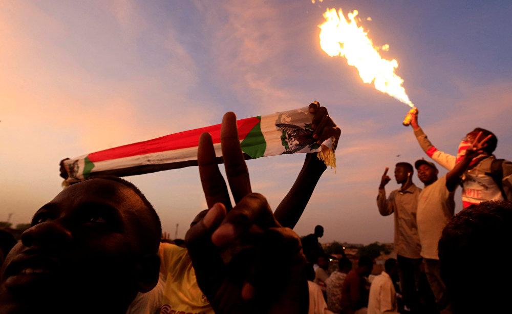 مظاهرة سودانية أثناء اعتصام خارج وزارة الدفاع في الخرطوم