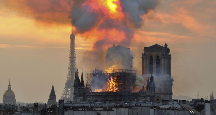 اشتعال حريق هائل في كاتدرائية نوتردام في باريس، فرنسا 15 أبريل/ نيسان 2019