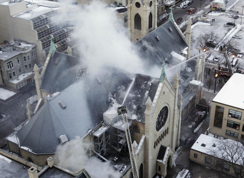 اشتعال حريق هائل في كاتدرائية الاسم المقدس (هولي نيم) في شيكاغو، 4 فبراير/ شباط 2009