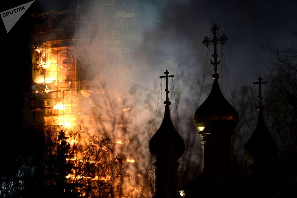 اشتعال حريق في دير نوفوديفيتشي في موسكو، عام 2015
