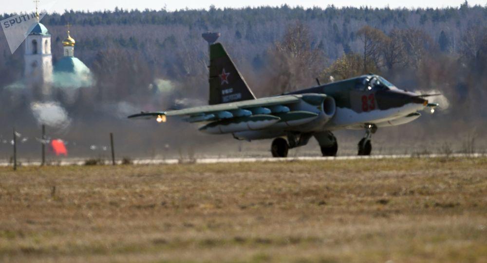 الطائرة الهجومية من طراز سو-25 في القاعدة الجوية كوبينكا بعد التدريبات الوحدة الجوية العسكرية الروسية في إطار التحضيرات للجزء الجوي من العرض العسكري بمناسبة عيد النصر على ألمانيا النازية في الحرب الوطنية العظمى (1941-1945)