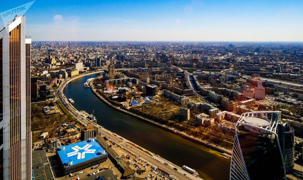 مشهد يطل على العاصمة موسكو من منصة المشاهدة بانوراما 360 (PANORAMA360)، على الطابق الـ89 من ناطحة سحاب فيديراتسيا (الفيدرالية)، في المجمع الاقتصادي الدولي موسكفا-سيتي (موسكو سيتي)