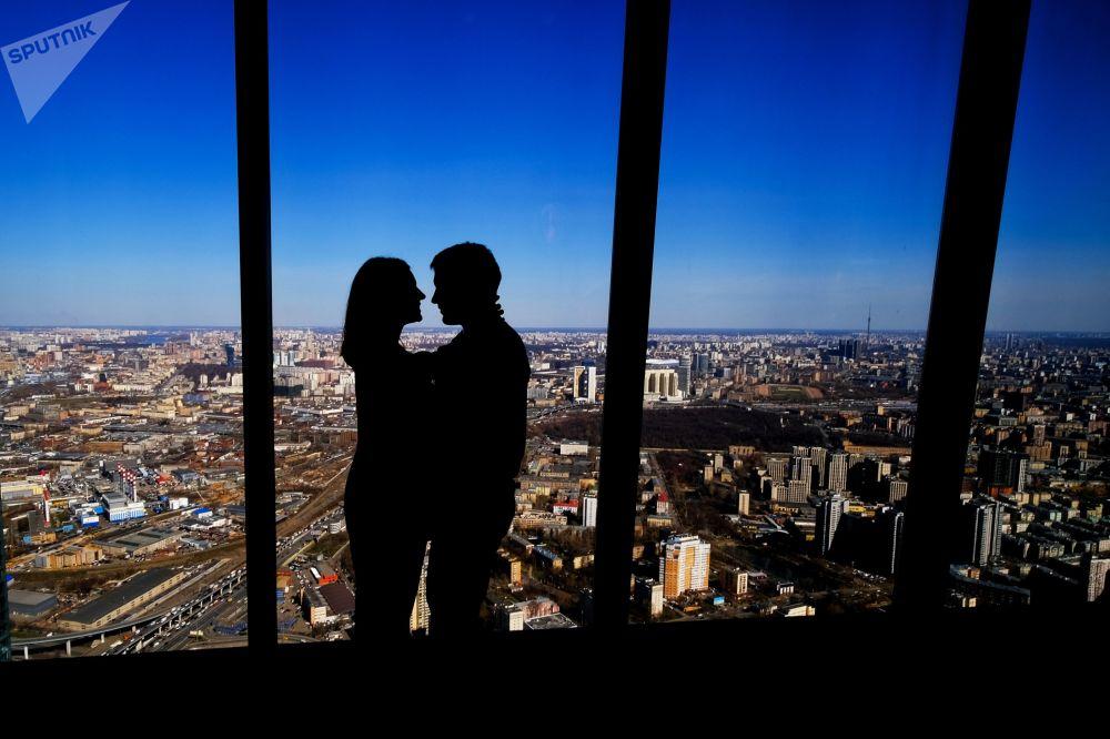 زوار منصة المشاهدة بانوراما 360 (PANORAMA360)، على الطابق الـ89 من ناطحة سحاب فيديراتسيا (الفيدرالية)، في المجمع الاقتصادي الدولي موسكفا-سيتي (موسكو سيتي)