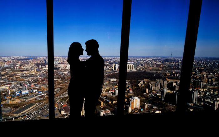 زوار منصة المشاهدة بانوراما 360 (PANORAMA360)، على الطابق الـ89 من ناطحة سحاب فيديراتسيا (الاتحاد)، في المجمع الاقتصادي الدولي موسكفا-سيتي (موسكو سيتي)