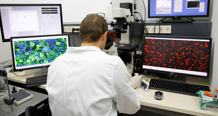علماء إسرائيليون من جامعة تل أبيب ينجحون في تخليق أول قلب بشري ثلاثي الأبعاد في العالم، أثناء خلال العرض في أحد مختبرات الجامعة، إسرائيل، 15 أبريل/ نيسان 2019