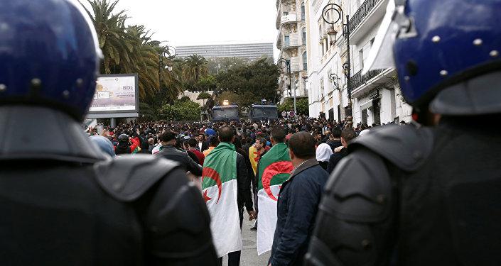 ضباط الشرطة يقفون في أثناء احتجاج على تعيين الرئيس المؤقت عبد القادر بن صالح في الجزائر العاصمة