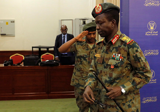 المتحدث باسم الجيش السوداني اللواء شمس الدين كباشي يغادر مؤتمرا صحفيا في الخرطوم