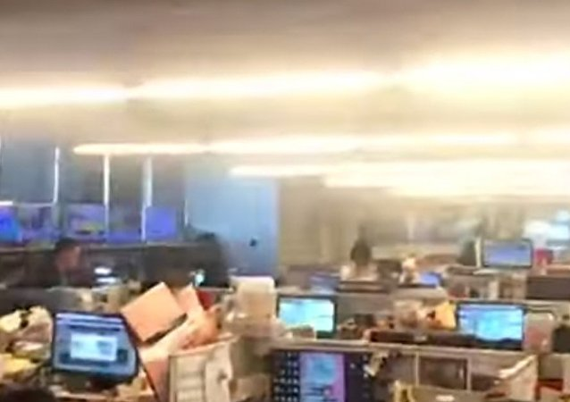 مكتب يهتز لحظة ضرب زلزال تايوان، 18 نيسان/أبريل 2019