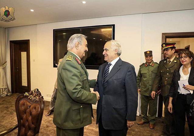 قائد الجيش الليبي المشير خليفة حفتر يستقبل المبعوث الأممي إلى ليبيا غسان سلامة