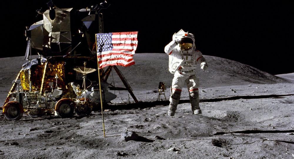 رائد الفضاء جون يونغ أثناء الهبوط الخامس لرواد الفضاء الأمريكيين على سطح القمر