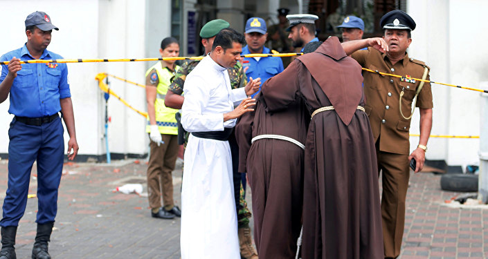 قساوسة يدخلون ضريح القديس أنتوني في كنيسة كوتشيكادي بعد انفجار في كولومبو، سريلانكا، 21 نيسان/أبريل 2019