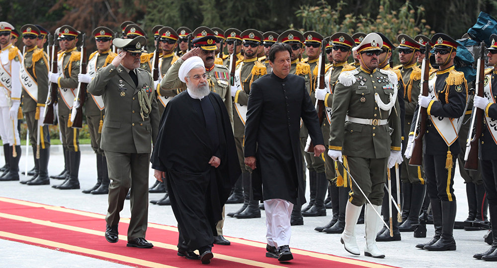 رئيس وزراء باكستان عمران خان مع الرئيس الإيراني حسن روحاني في طهران