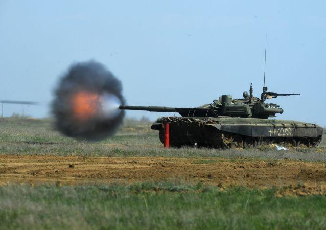 دبابة تي - 90  أثناء التدريبات الخاصة بوحدات البندقية الآلية والدبابات والمدفعية التابعة للواء البنادق الآلية في جيش الأسلحة المشترك الثامن في منطقة فولغوغراد