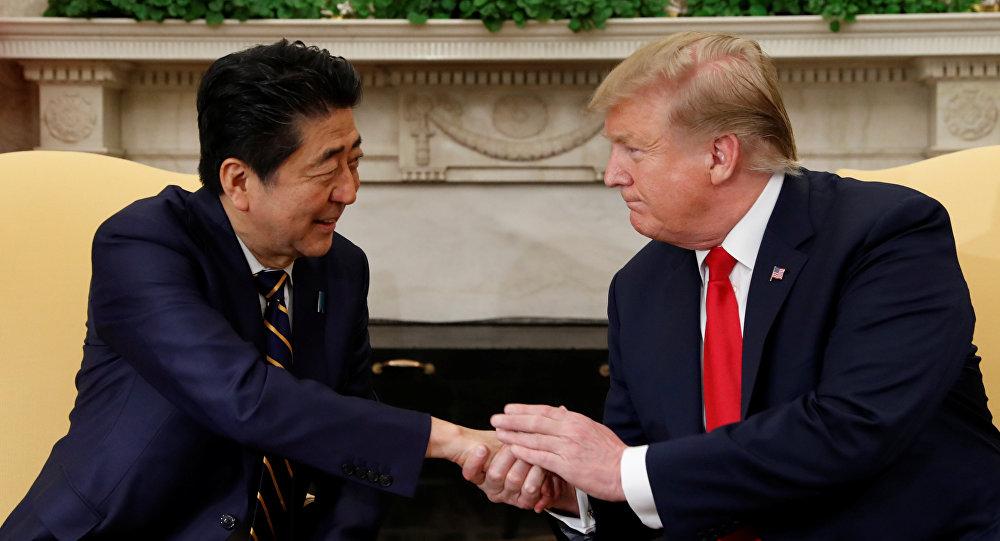 الرئيس الأمريكي دونالد ترامب خلال محادثاته مع رئيس الوزراء الياباني شينزو آبي في البيت الأبيض بالعاصمة الأمريكية واشنطن، 26 نيسان/أبريل 2019