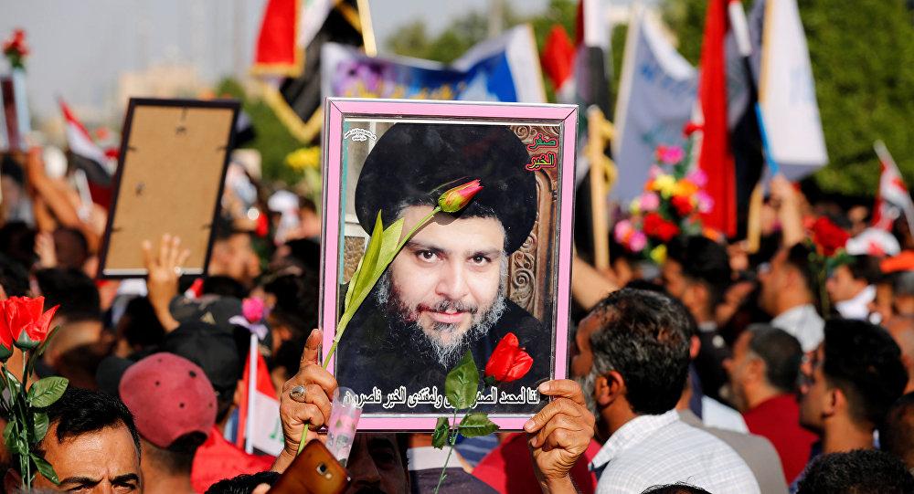 أنصار رجل الدين العراقي مقتدى الصدر يحملون صورة له خلال تجمع ضد تصريحات وزير الخارجية البحريني بالقرب من قنصلية البحرين في بغداد