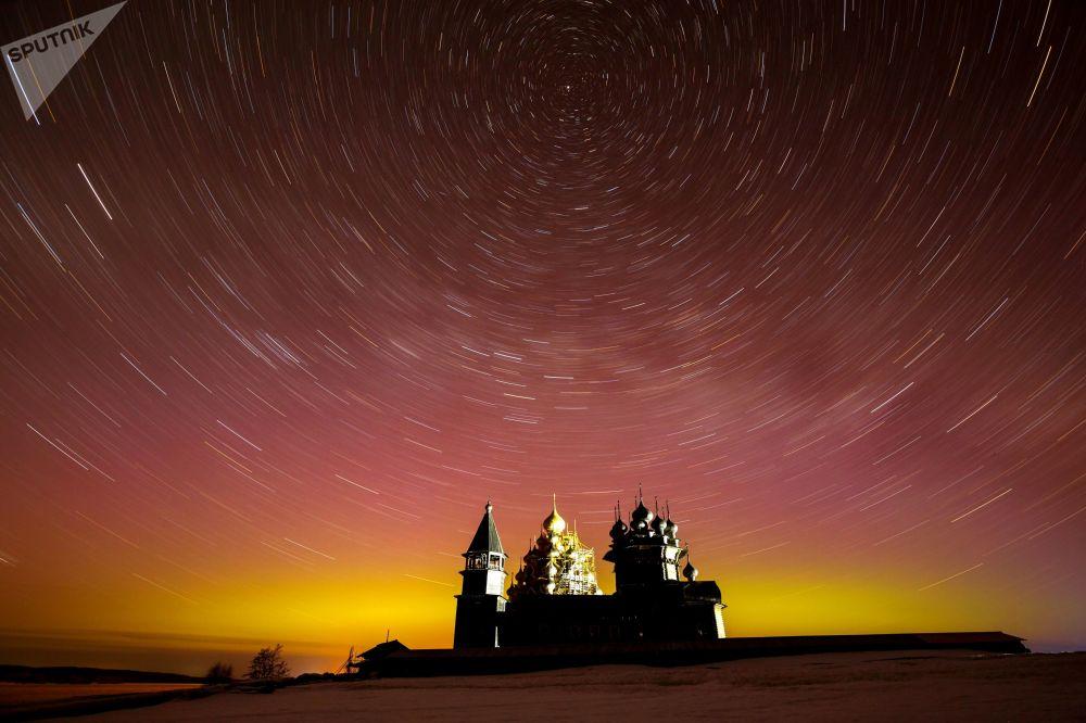 المعماري كيجي في كاريليا خلال الشفق القطبي الشمالي. في جزيرة كيجي
