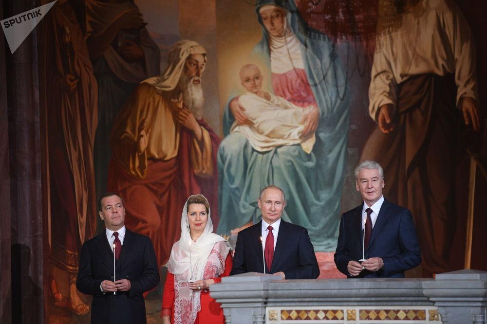 الرئيس فلاديمير بوتين ورئيس الوزراء ديمتري ميدفيديف وزوجته سفيتلانا ميدفيديفا وعمدة موسكو سيرغي سوبيانين أثناء مراسم الاحتفال بعيد الفصح في كاتدرائية المسيح المخلص في موسكو، 28 أبريل/ نيسان 2019