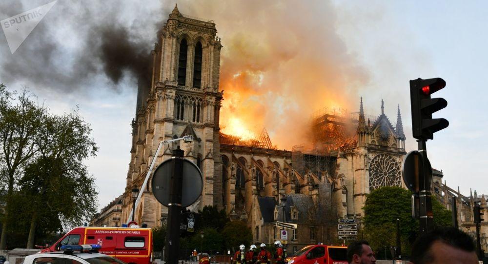 حريق هائل في كاتدرائية نوتردام في باريس