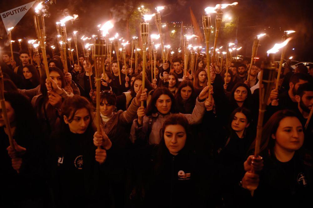 مسيرة الشعلة في مدينة يريفان إلى المجمع التذكاري لضحايا الإبادة الجماعية للأرمن تسيتسيرناكابيرد، التي وقعت في 24 أبريل/ نيسان 1915