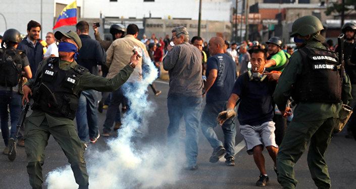 إطلاق الرصاص والغاز على أنصار غوايدو في فنزويلا