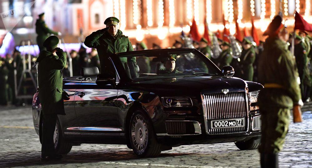 بروفة ليلية - العرض العسكري بمناسبة عيد النصر على ألمانيا النازلية في الحرب الوطنية العظمى (1941-1945) على الساحة الحمراء في موسكو