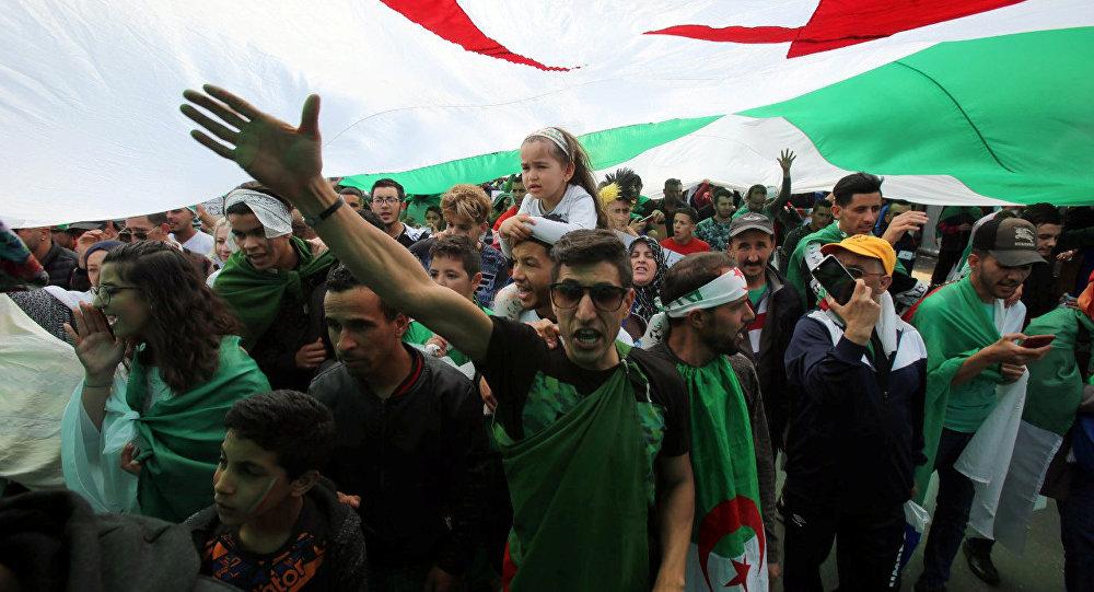 متظاهرون يهتفون بشعارات خلال الاحتجاجات المناهضة للحكومة في الجزائر العاصمة