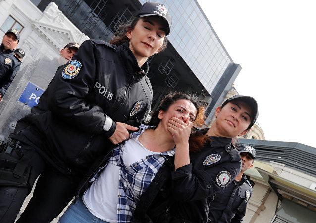 الشرطة تحتجز متظاهرة بعد مسيرة في ميدان تقسيم للاحتفال بيوم العمال في إسطنبول