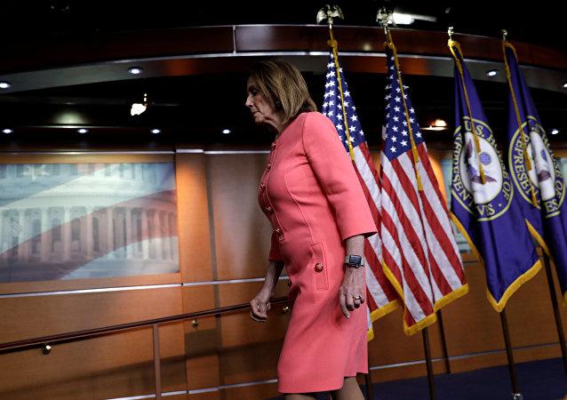 رئيسة مجلس النواب نانسي بيلوسي تعقد مؤتمرا صحفيا أسبوعيا في كابيتول هيل في واشنطن