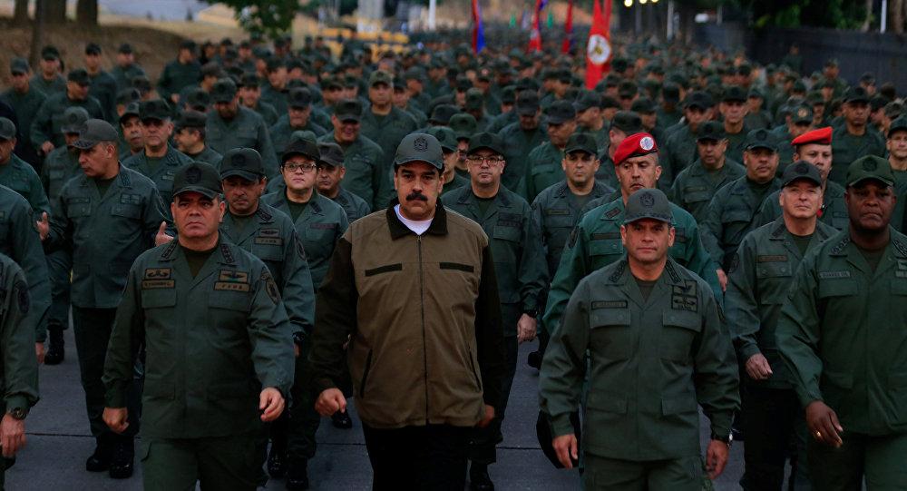 الرئيس الفنزويلي نيكولاس مادورو مع قادة الجيش