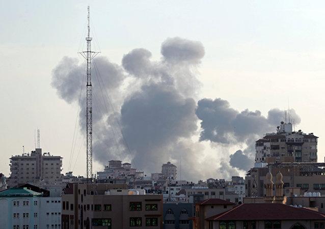 الدخان يتصاعد من قطاع غزة بعد القصف الإسرائيلي عليه