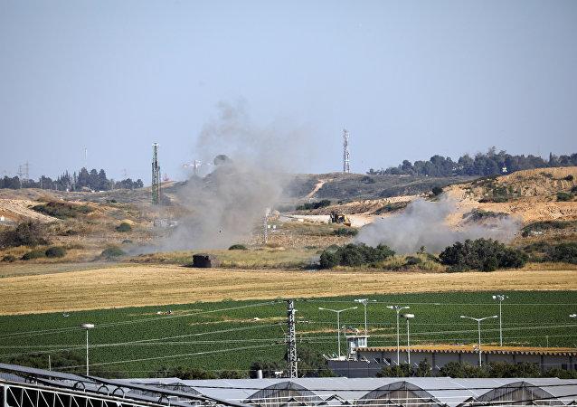 دخان يتصاعد من الجانب الإسرائيلي إثر قصف صاروخي من غزة