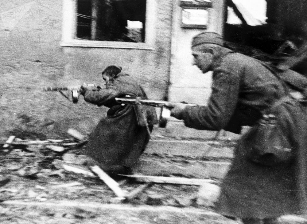 الجنود السوفيت يقاتلون في شوارع ألمانيا، عام 1944