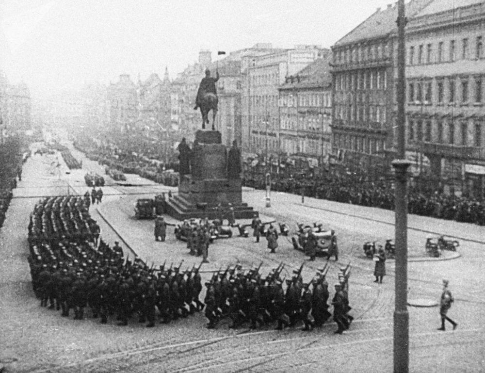 قوات هتلر في ميدان وينسيسلاس في مدينة  براغ عاصمة التشيك، عام 1939