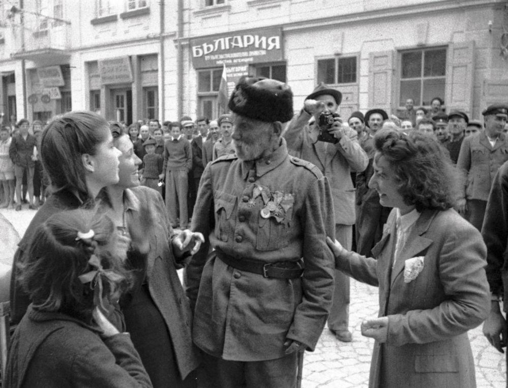 جندي تركي يتحدث إلى فتيات في مدينة بلغارية حررتها قوات الجيش الأحمر السوفيتي من الفاشيين