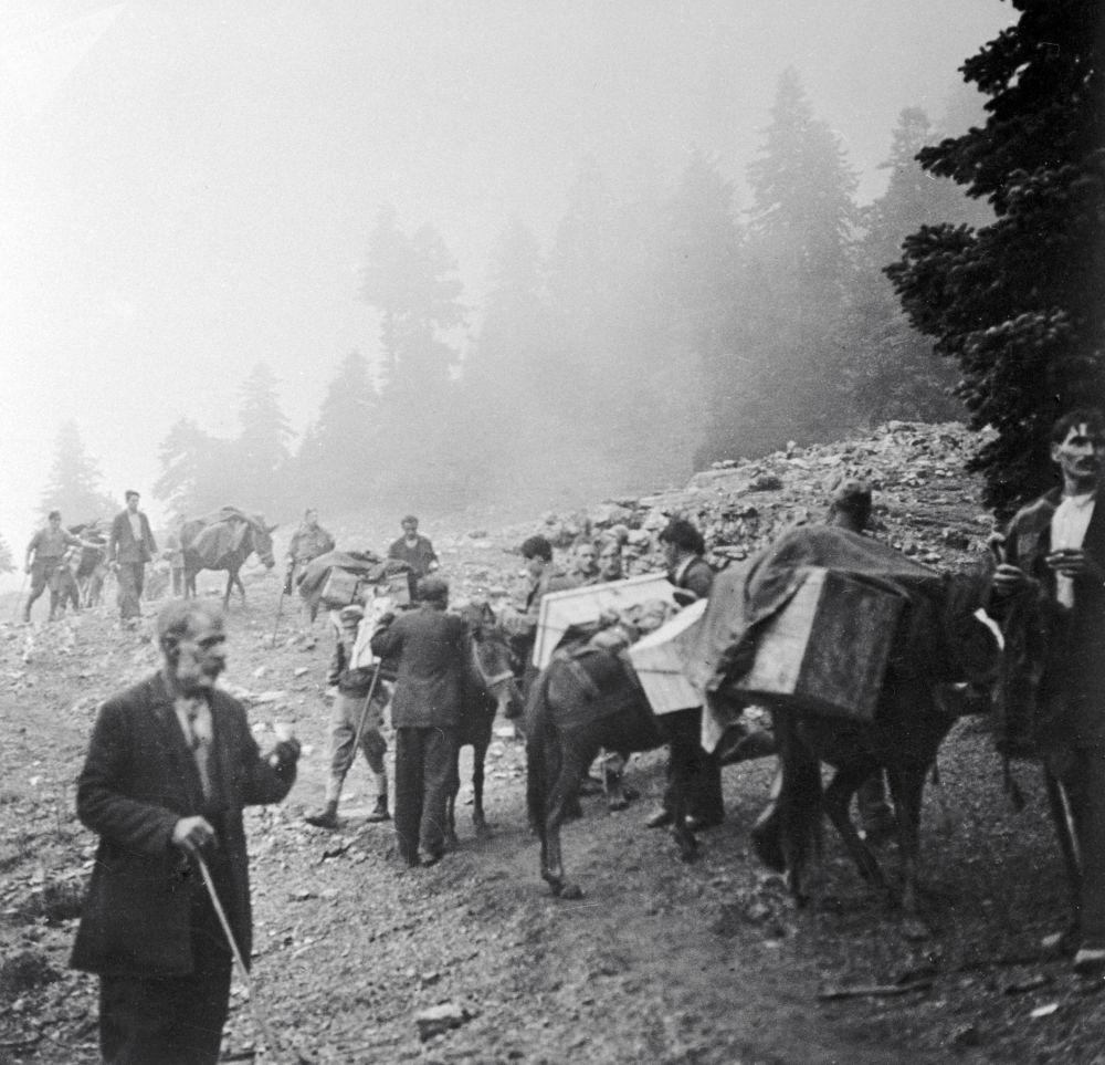 الشعب اليوناني يساعد جيش التحرير الوطني اليوناني في إيصال الذخيرة خلال الحرب العالمية الثانية، عام 1944