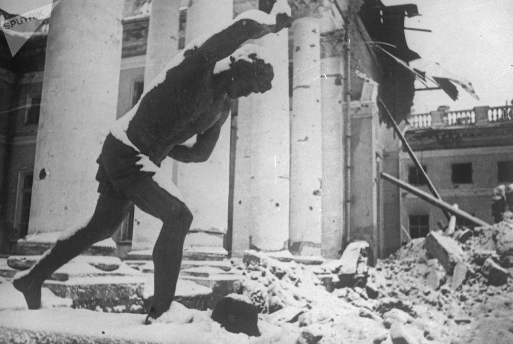 أنقاض قصر الإسكندر في مدينة بوشكين ضواحي سانت بطرسبورغ الروسية، عام 1941-1945