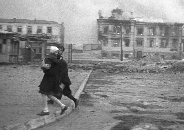 محطة القطار في ستالينغراد (فولغوغراد الروسية اليوم) خلال غارة جوية ألمانية في الحرب العالمية الثانية، عام 1942
