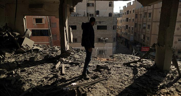 فلسطيني يتفقد مبنى دمرته الضربات الجوية الإسرائيلية في مدينة غزة